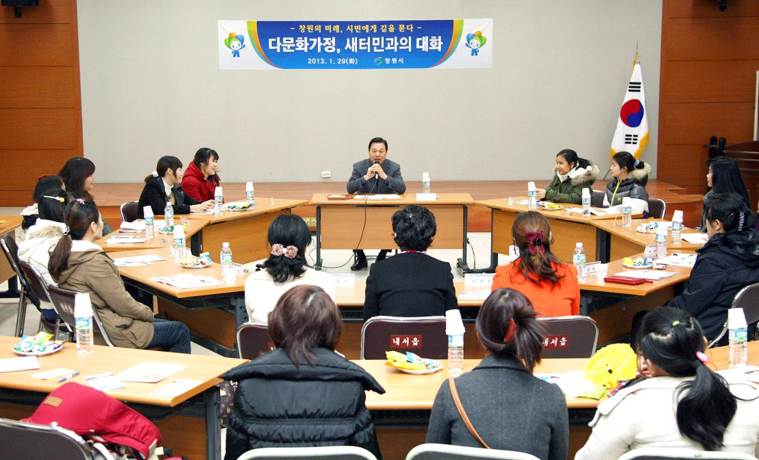 Mayor Park wan-su meets multi-racial families and North Koream defectors at the Naeseo-eup(내서읍) office