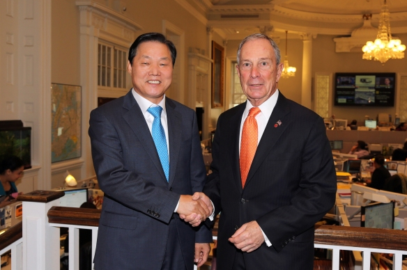 Changwon Mayor Park Wan-su shakes hands with New York City Mayor Michael Bloomberg during a visit to the U.S. city April 30.
